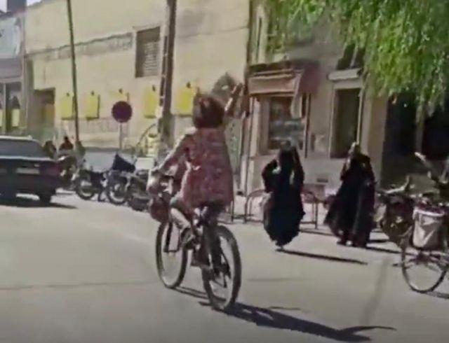 بازداشت زنی به اتهام دوچرخه سواری بدون حجاب در نجف آباد اصفهان